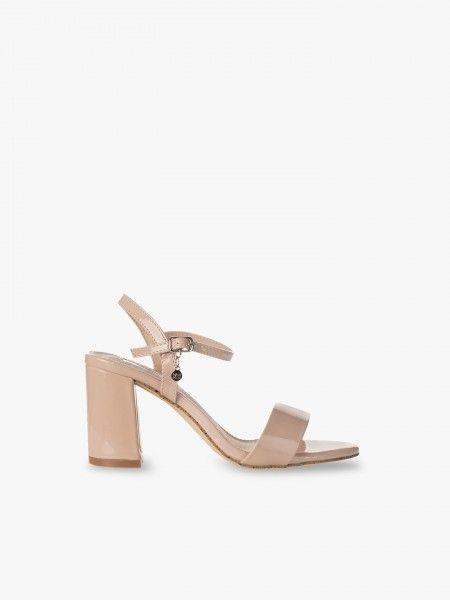 Sandálias em verniz