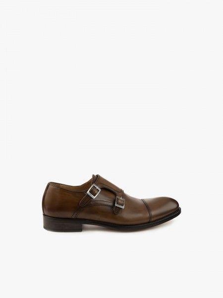 Sapato com fivelas