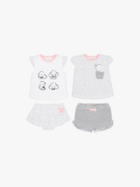 Dois conjuntos de t-shirt e calção