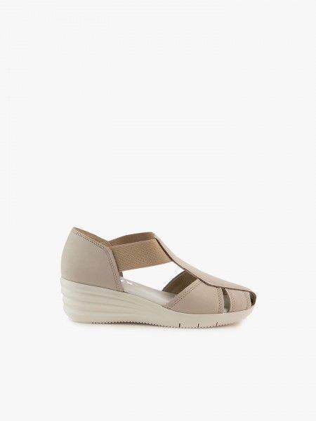 Sapato com aberturas