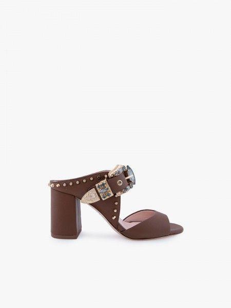 Sandália de salto com fivela