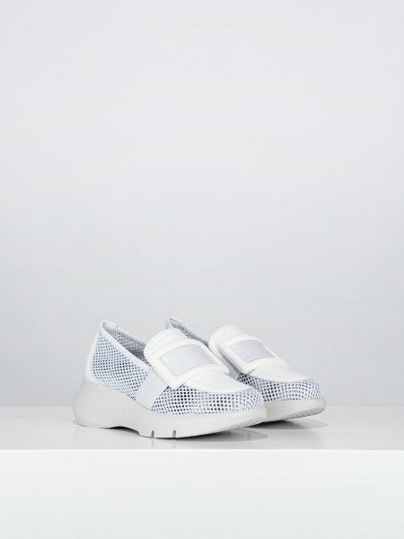 Sapatos slip on em rede