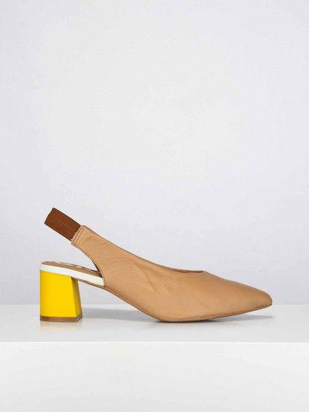Sapatos de salto largo