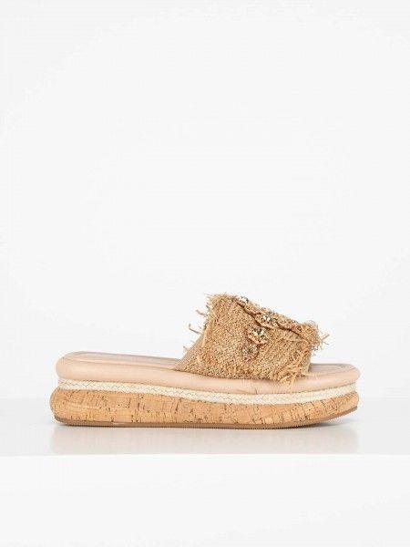 Sandália rasa adornadas