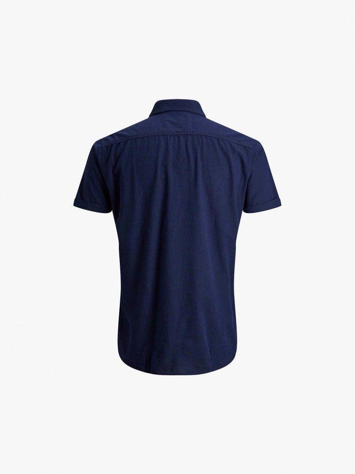 Camisa com dois bolsos no peito.